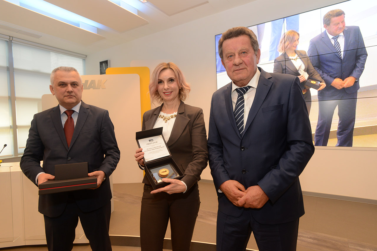 Predsjednik HAK-a, g. Slavko Tušek i zamjenik predsjednika g. Ivo Bikić uručuju priznanje glavnoj urednici Drugog programa Hrvatskog radija, gđi Jadranki Rilović