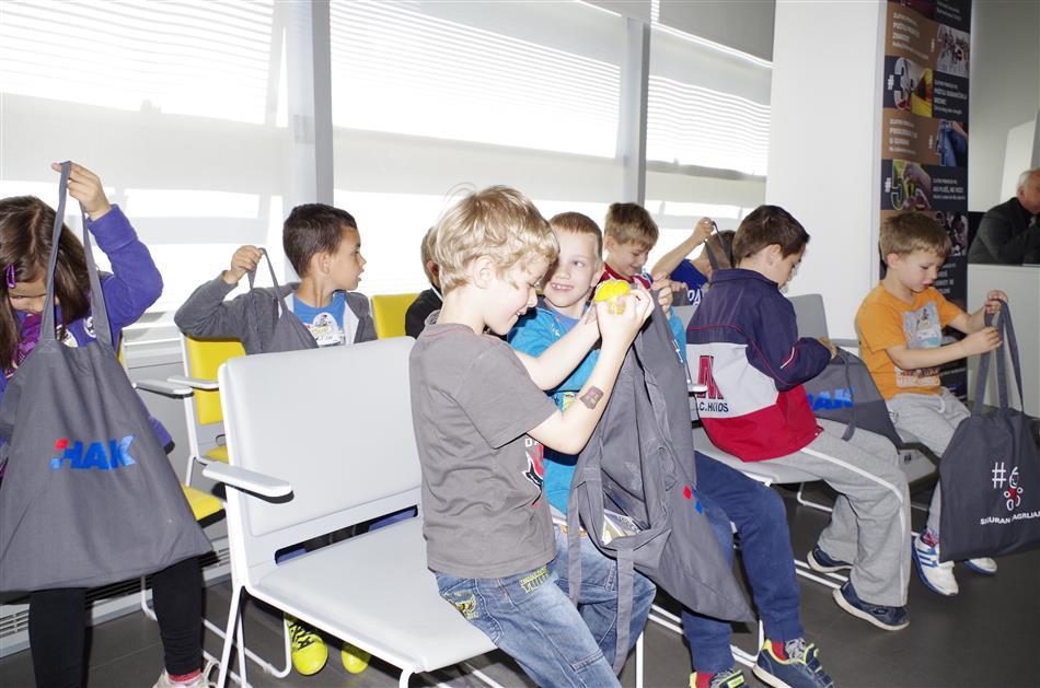 """Prezentacija Projekta """"Pravilo 6 – Siguran zagrljaj"""" - Djeca s edukativnim poklonima HAK-a"""