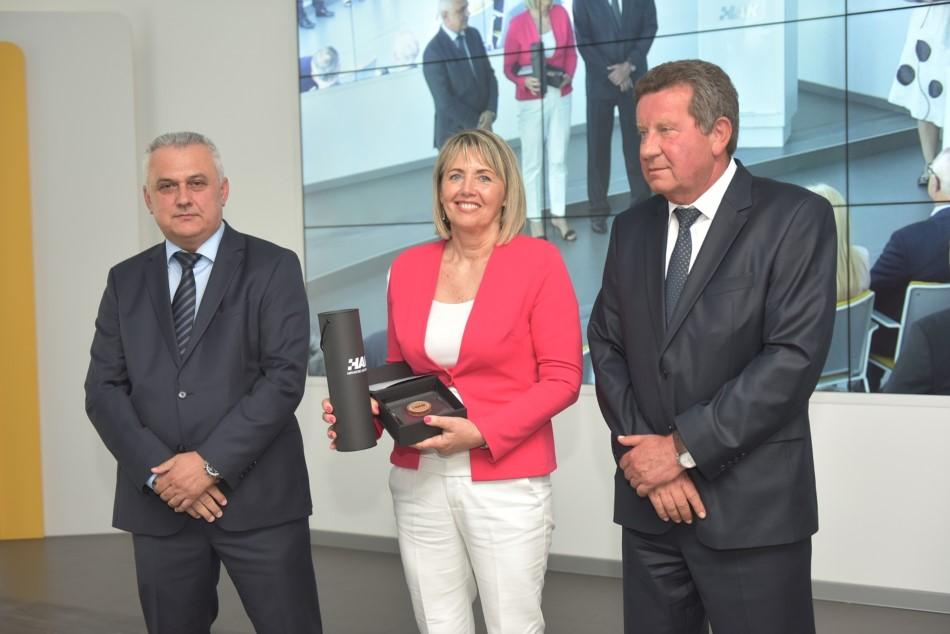 Godišnja nagrada Hrvatskog autokluba uručena je predsjednici AK Pazin gđi Marčeli Androšić