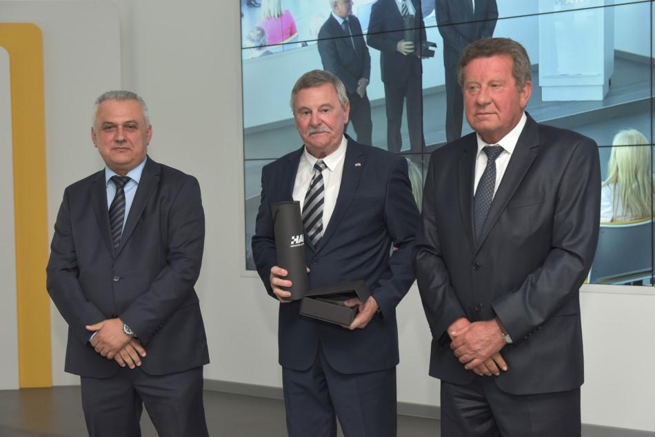 Godišnja nagrada Hrvatskog autokluba uručena je predsjedniku AK Pula-Rovinj g Ljubomiru Cerovcu
