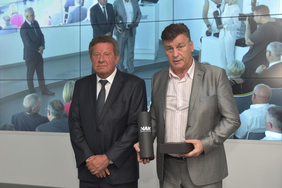Godišnja nagrada Hrvatskog autokluba uručena je predsjedniku AK Siget g Damiru Škari
