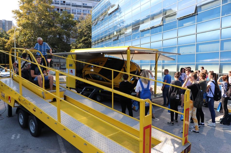 Učenicima je prezentiran simulator sudara i prevrtanja ispred Hrvatskog autokluba