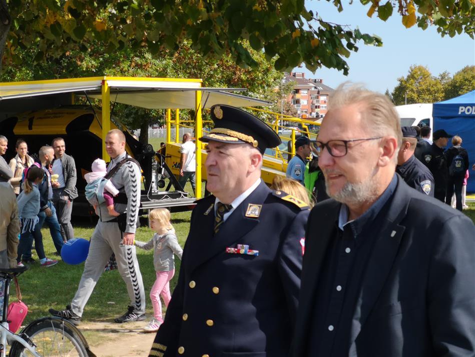 Glavni ravnatelj policije Nikola Milina i ministar unutarnjih poslova dr. sc. Davor Božinović ispred HAK-ovog štanda na Jarunu