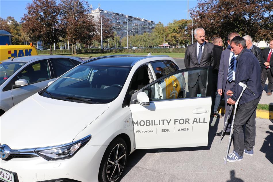 Glavni tajnik HAK-a Željko Mijatović s osobom s invaliditetom koja je isprobala vozilo opremljeno s BDF ručicom