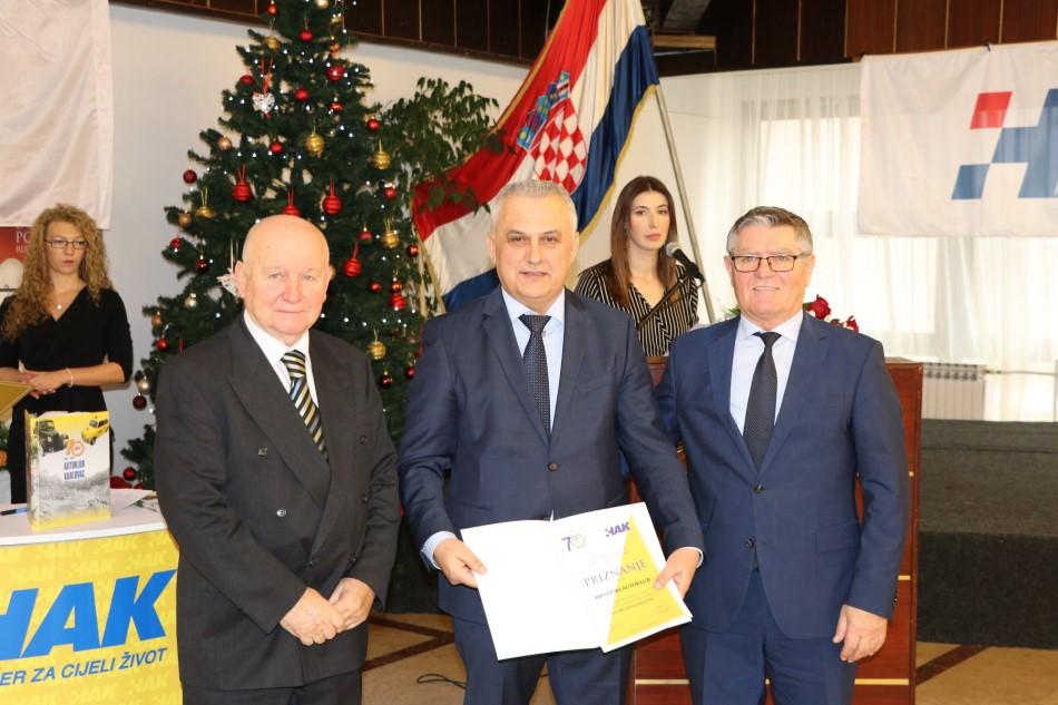 Predstavnici AK Karlovac uručuju priznanje zamjeniku predsjenika HAK-a Ivi Bikiću (u sredini)