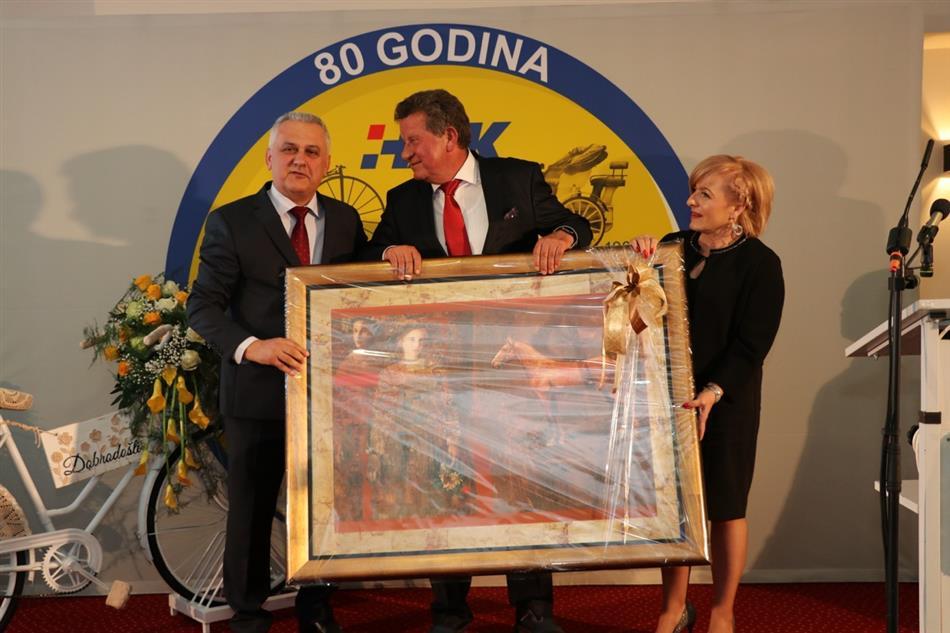 Ivo Bikić urućuje poklon koji primaju Slavko Tušek i Anica Puškadija