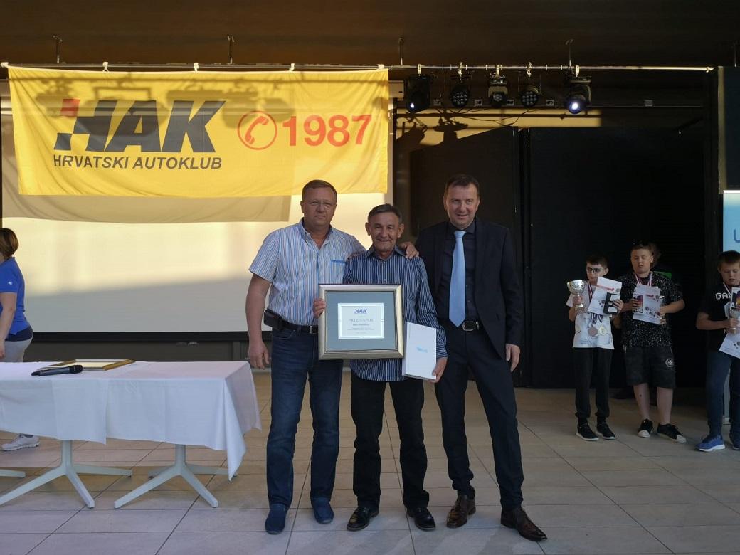 Mato Šimunović, mentor iz OŠ I. G. Kovačića iz Starog Petrovog Sela primio je posebno priznanje HAK-a za dugogodišnji uspješan rad s djecom