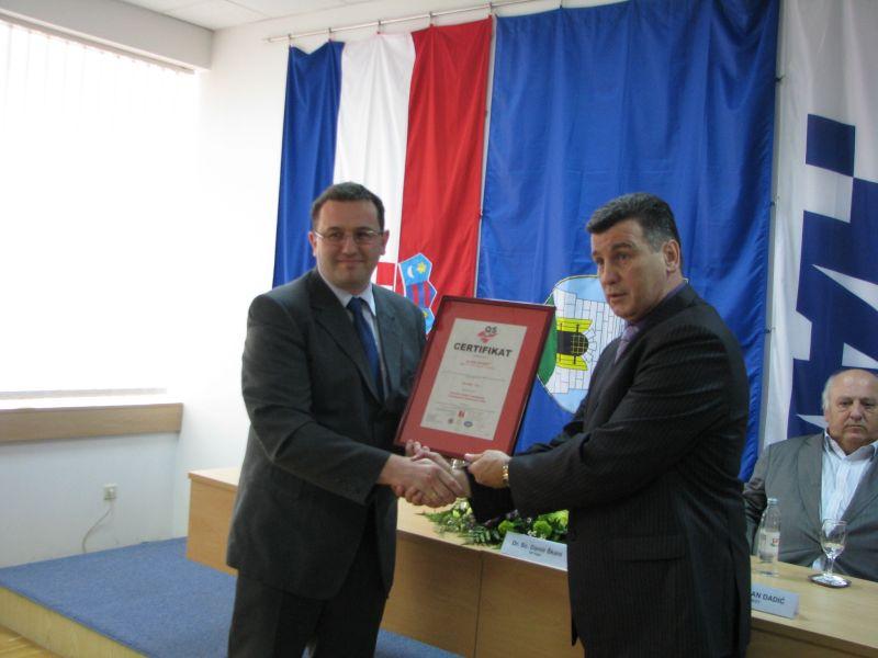 Igor Miličević uručuje certifikat predsjedniku AK Siget Damiru Škari