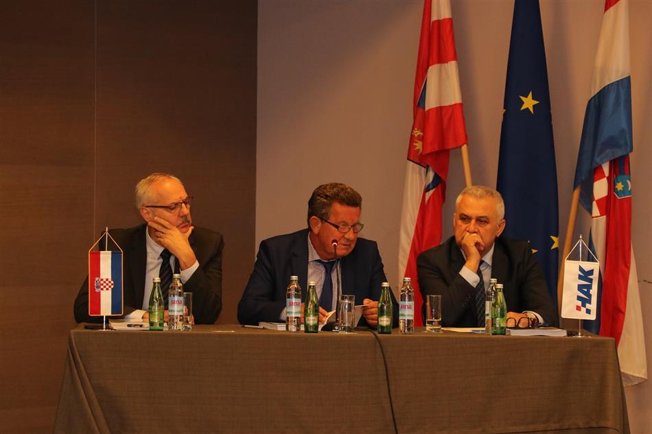 Predsjednik Slavko Tušek sa Glavnim tajnikom Željkom Mijatovićem (lijevo) i Zamjenikom Predsjednika Ivom Bikićem (desno)
