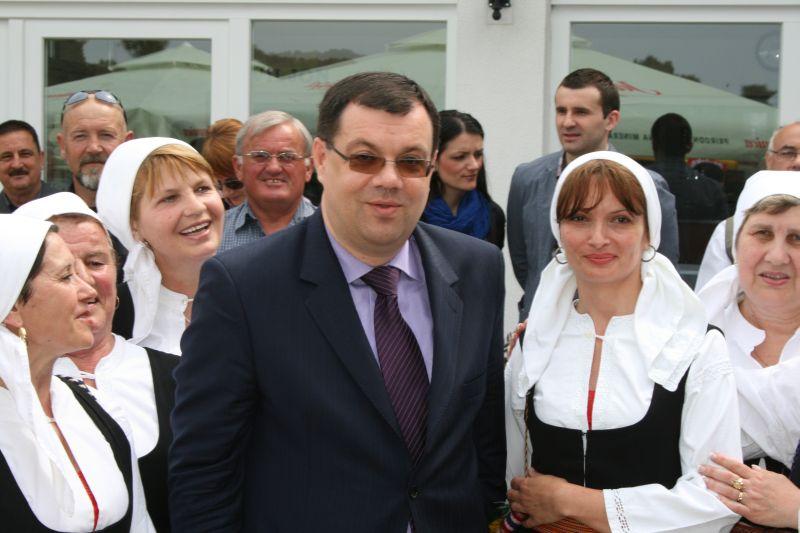 Ministar Bajs s članicama udruge za očuvanje i promicanje običaja i tradicije - Kveštura iz Dikla