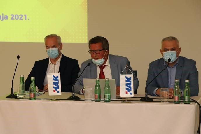 Predsjednik HAK-a Slavko Tušek sa svojim zamjenikom Ivom Bikićem (desno) i Glavnim tajnikom Željkom Mijatovićem (lijevo)