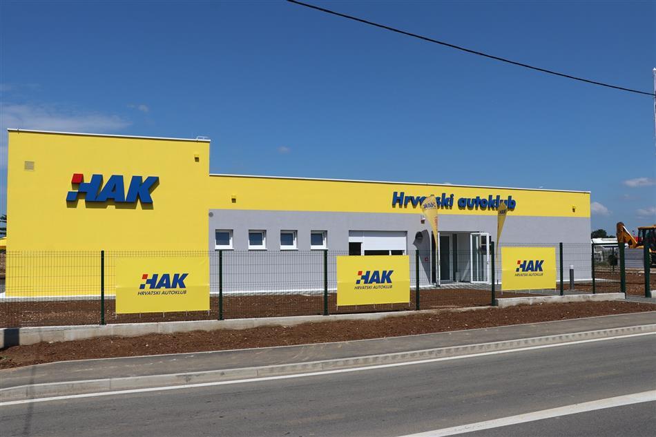 Tehnička baza Hrvatskog autokluba u Gospiću.