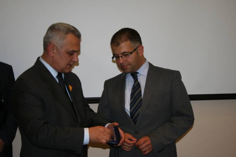 Predsjednik HAK-a Ivo Bikić uručio je dožupanu Istarske županije Vedranu Grubišiću prigodan poklon prilikom posjete