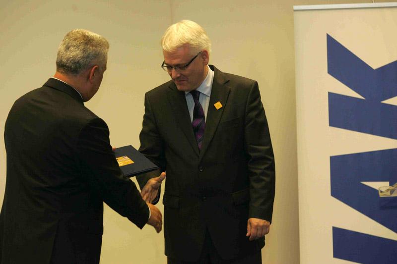 Predsjednik HAK-a, g. Ivo Bikić uručuje predsjedniku RH dr. Ivi Josipoviću počasnu člansku iskaznicu HAK-a
