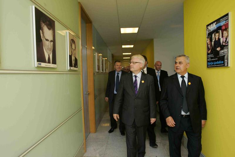Predsjednik RH u obilasku poslovne zgrade HAK-a, u društvu predsjednika HAK-a