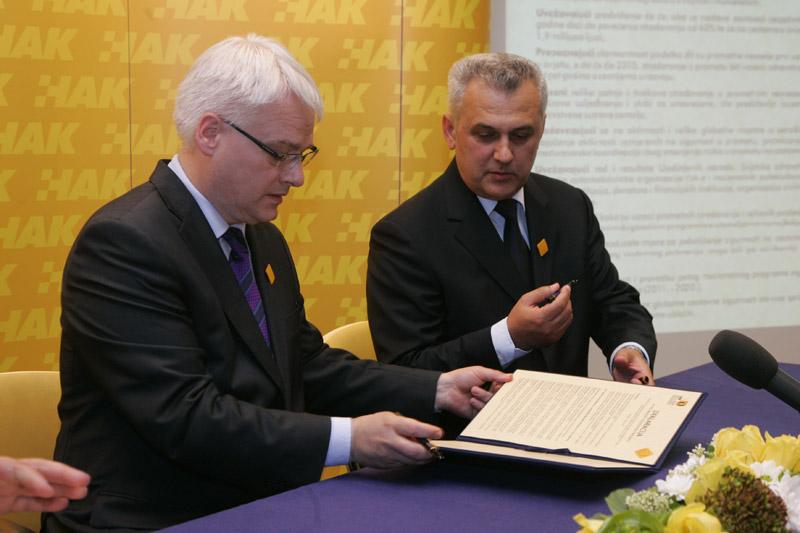 (slijeva) Predsjednik RH dr. Ivo Josipović i predsjednik HAK-a, g. Ivo Bikić potpisuju Deklaraciju o sigurnosti cestovnog prometa