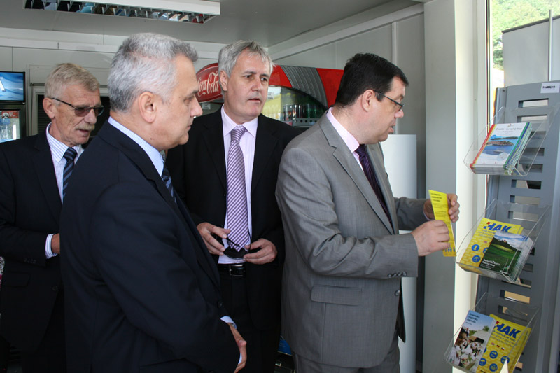 Predsjednik HAK-a Ivo Bikić u obilasku objekta s uzvanicima