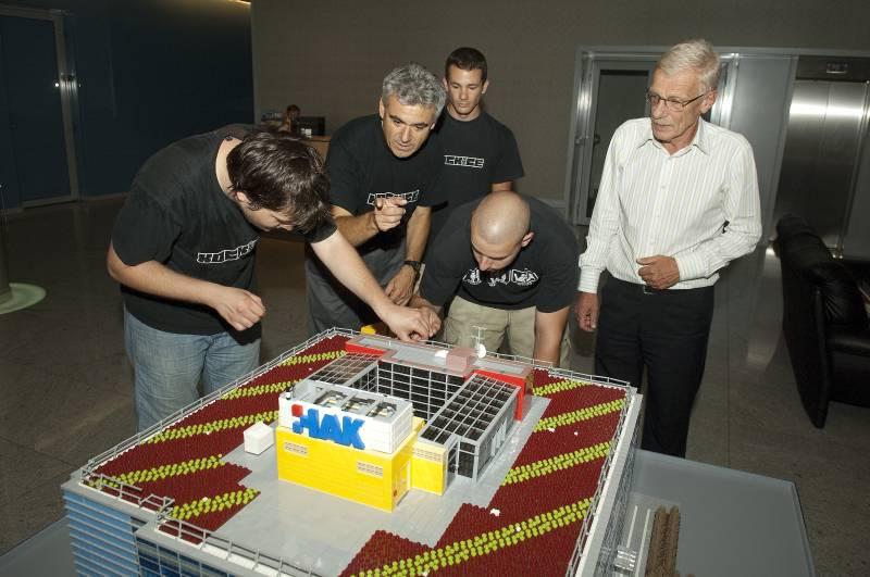 Zvonko Šmuk, glavni tajnik HAK-a, s članovima kluba Kockice prilikom postavljanja modela