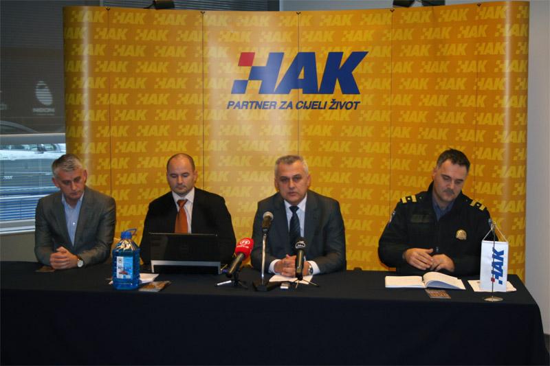 (slijeva) Goran Pejić (CVH), Igor Šiško (HAK), Ivo Bikić (predsjednik HAK-a) i Ante Hari Rako (MUP)